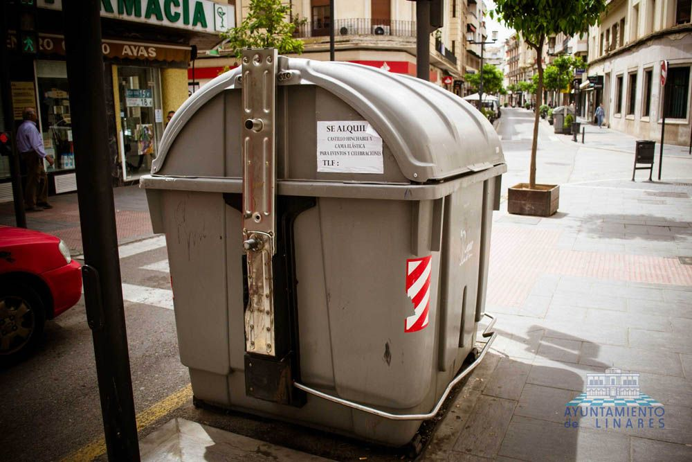 El uso indebido de los contenedores supone un gasto para el Ayuntamiento de Linares de más de 35.000 euros desde el año 2011