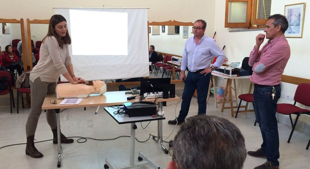 El centro de salud 'Virgen de Linarejos' imparte dos cursos de primeros auxilios al personal de una escuela infantil y un centro social de Linares