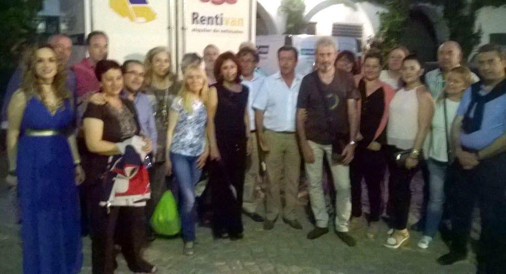 El alcalde de Linares, Juan Fernández; la concejala de Turismo, Mabel Selfa; y los agentes de viajes madrileños