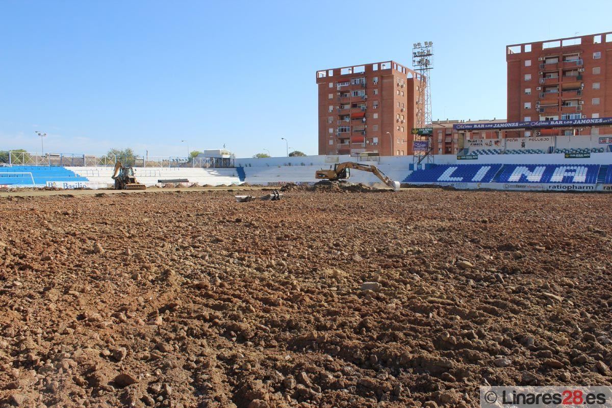 Avanza la sustitución del césped del Estadio de Linarejos