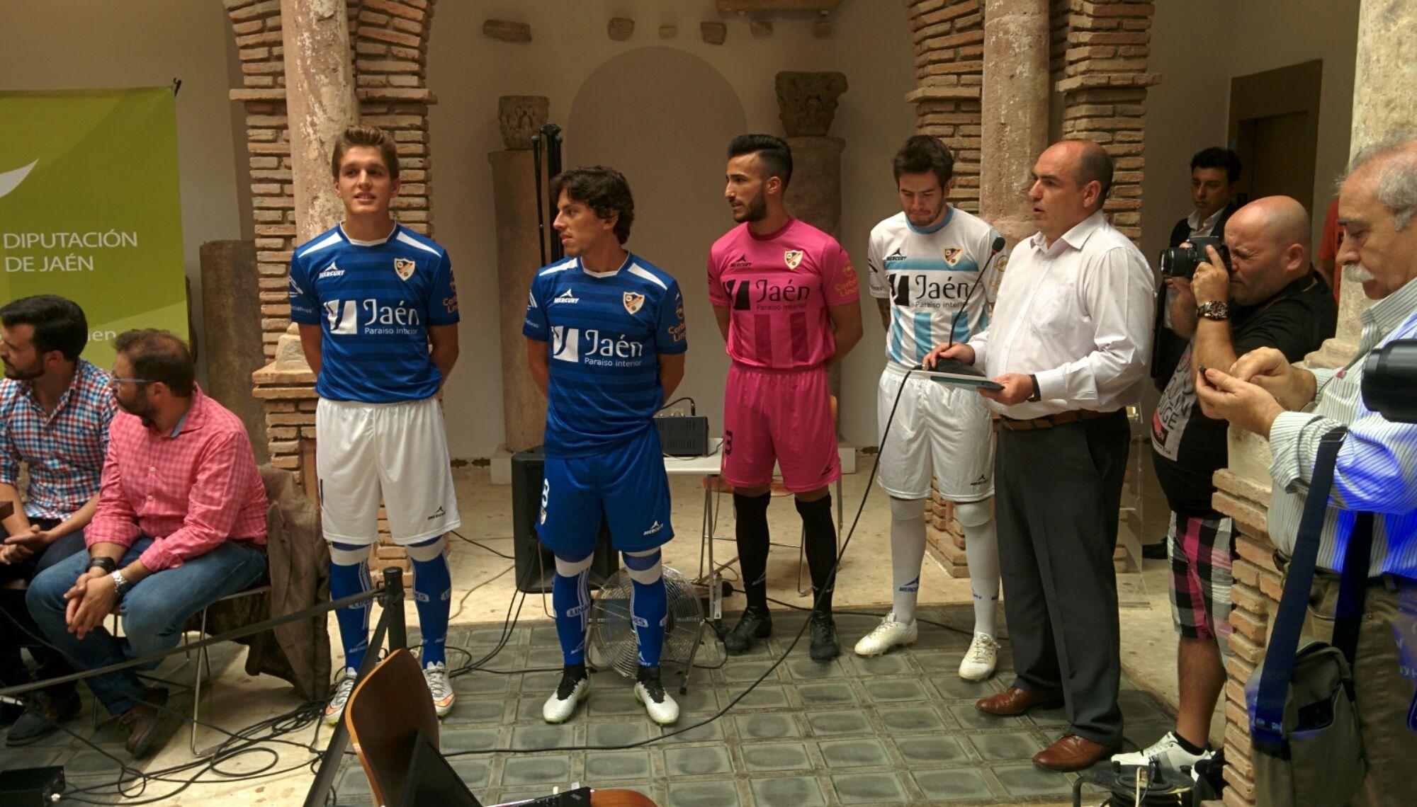En estos momentos presentación equipación del Linares Deportivo