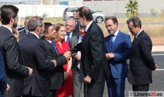 Mariano Rajoy saluda a las autoridades
