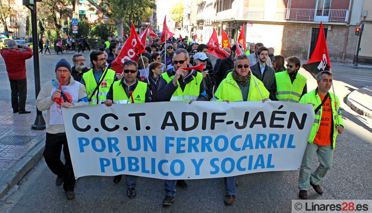 Cerca de 500 personas marchan hasta Linares-Baeza en defensa del tren