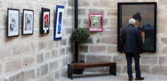 Visitante viendo la muestra de La Casa Pintada