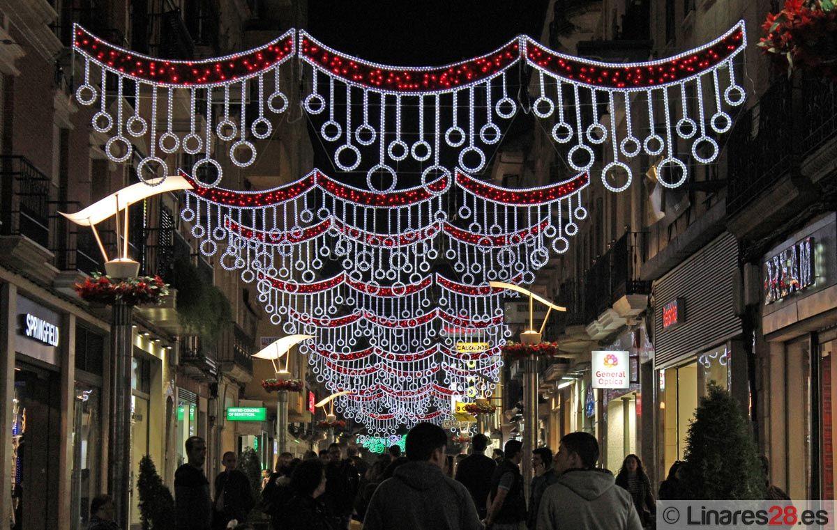 Las luces impregnan de Navidad las calles más comerciales de Linares