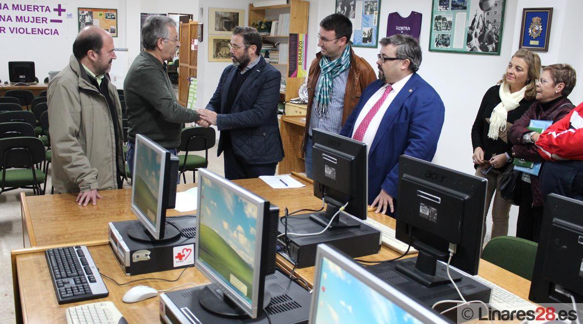 La Junta dona siete equipos informáticos para las asociaciones vecinales