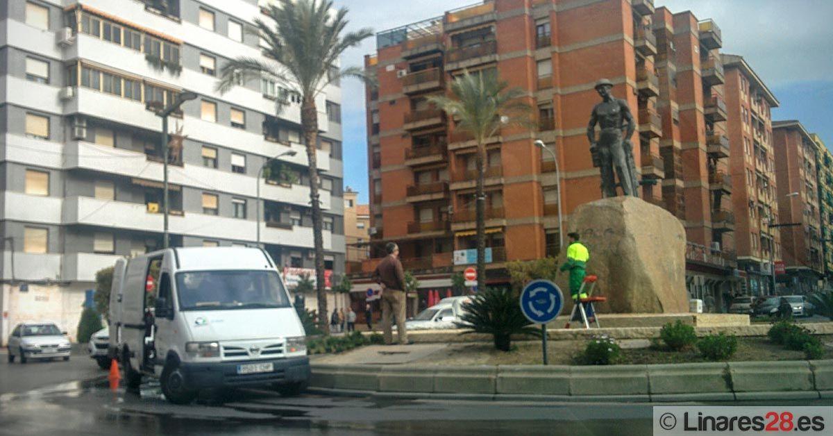 """Limpian el monumento de """"El Minero"""""""