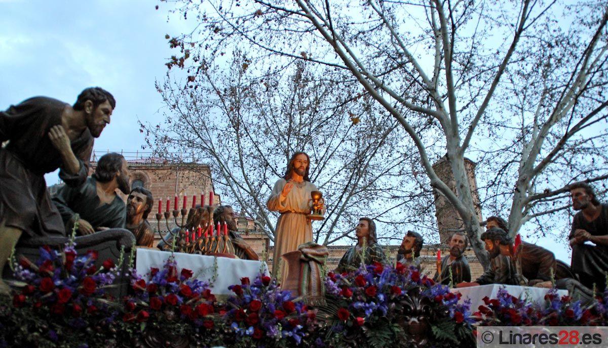 La Santa Cena agota sus dos horas de espera y consigue procesionar