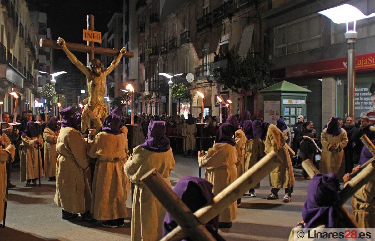El Vía Crucis de la Juventud cierra una fría noche de Miércoles Santo