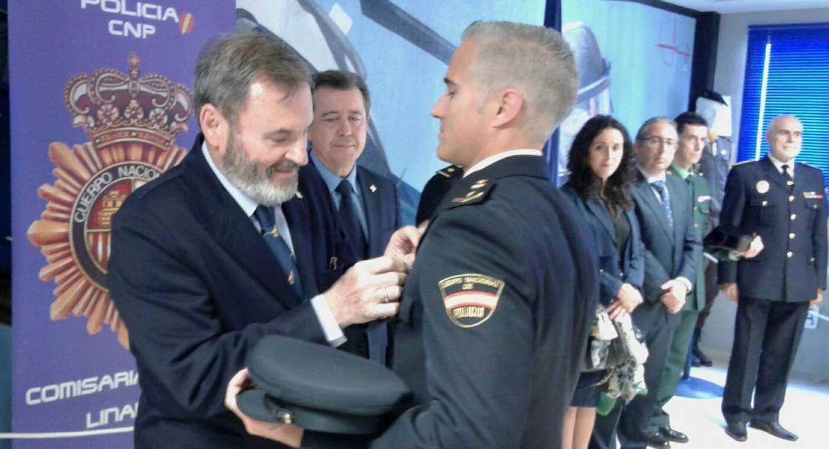 El subdelegado del Gobierno impone en Linares la Cruz de la Orden del Mérito Policial al oficial de Policía José David Navarrete Solana