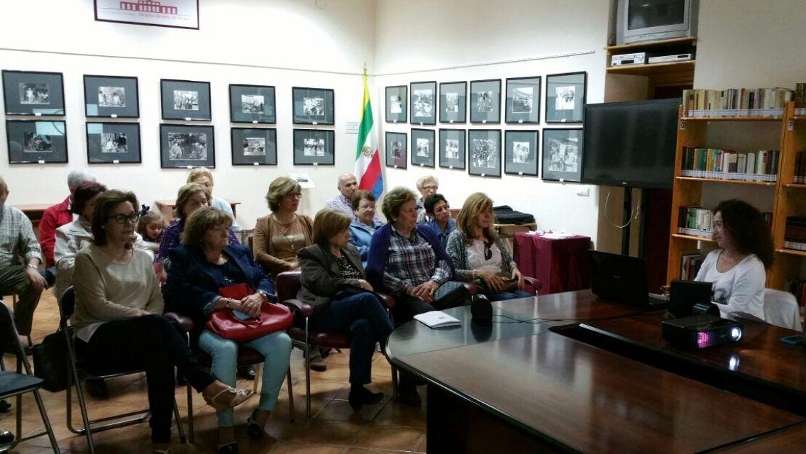 El centro de salud 'San José' imparte una charla para informar a una asociación de vecinos de Linares sobre el testamento de voluntades vitales