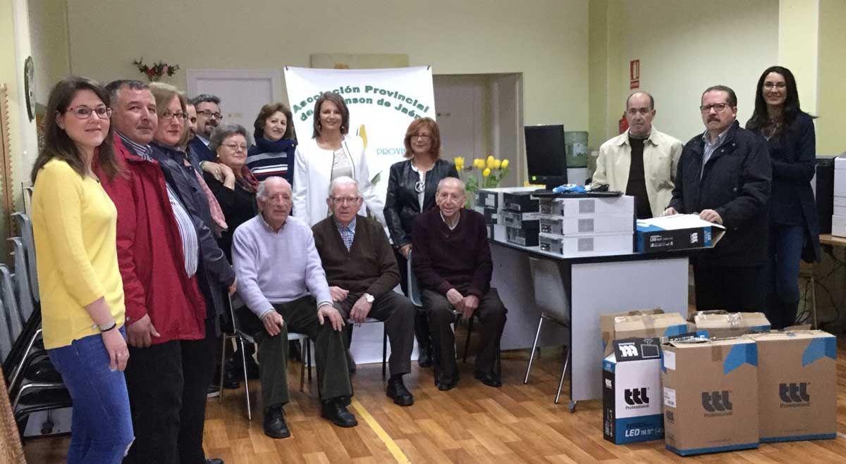 La Junta entrega doce ordenadores a la Asociación Provincial de Parkinson