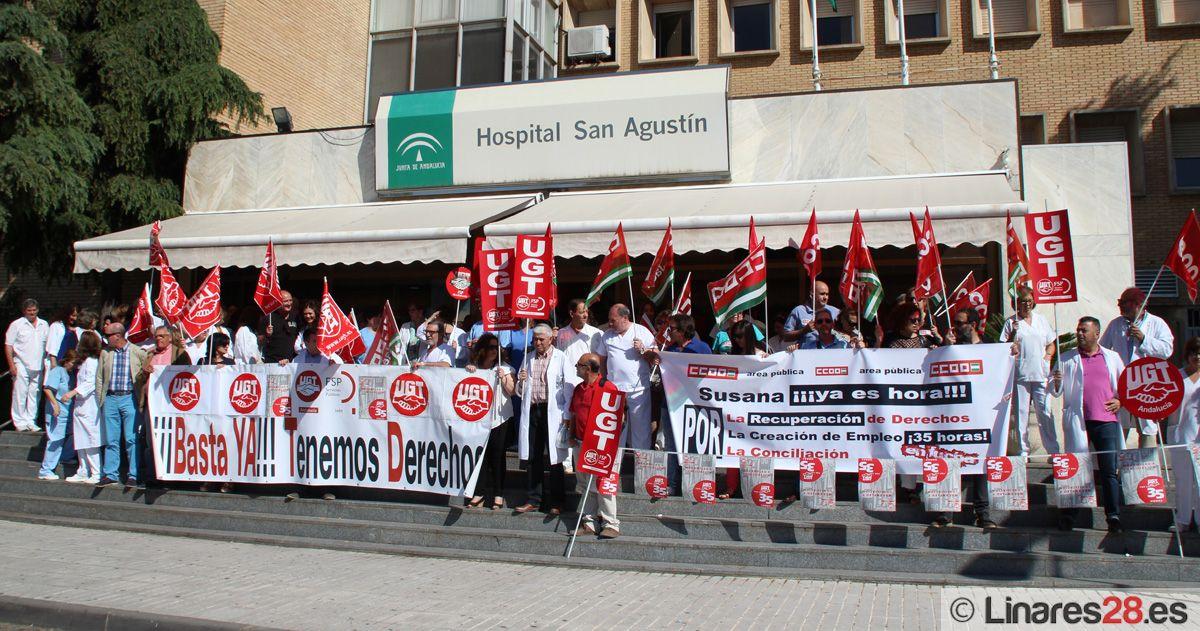 Los sanitarios protestan a las puertas del Hospital de San Agustín