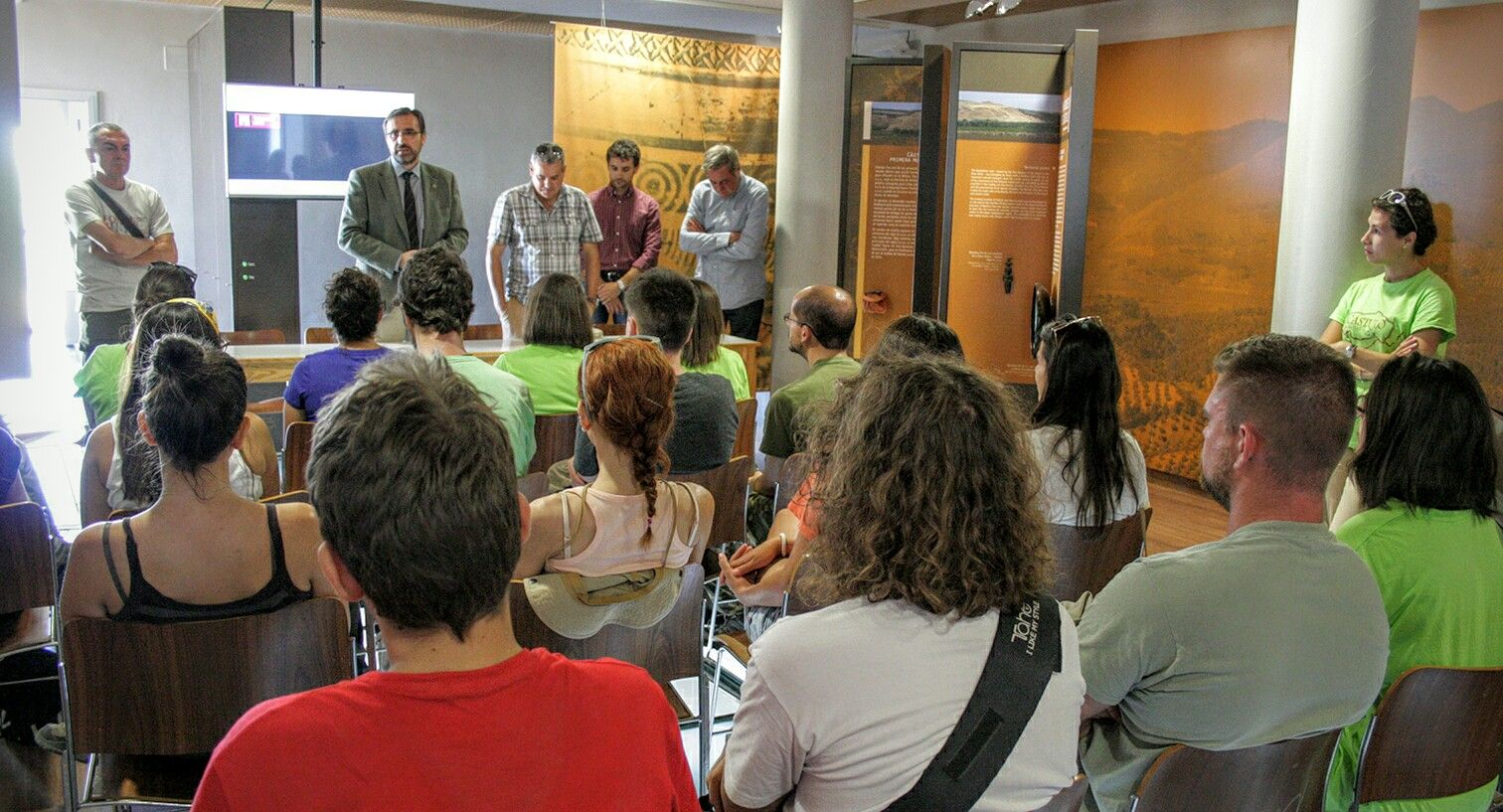 El Rector recalca la apuesta de la UJA por la arqueología en su visita al voluntariado universitario que ha participado en el campo de trabajo de Cástulo
