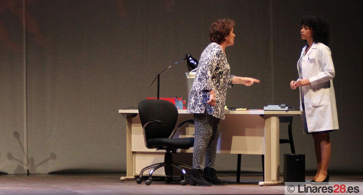 """Momento de la la obra """"Los diablillos rojos"""", con Beatriz Carbajal y Montse Pla"""