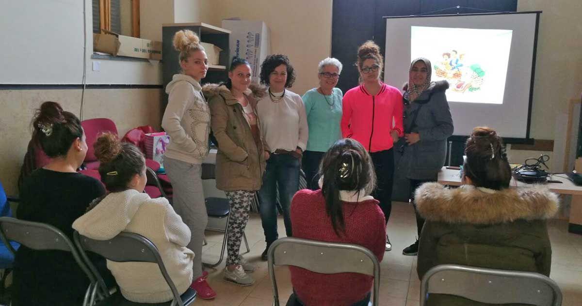 El centro de salud 'Virgen de Linarejos' imparte una charla a madres de familias desfavorecidas sobre la alimentación de sus bebés