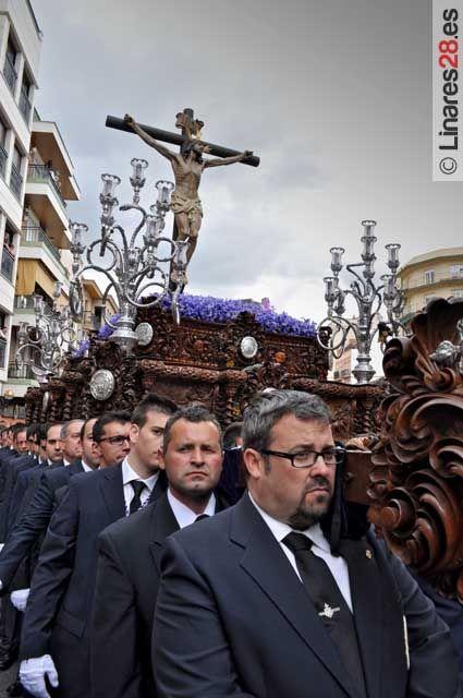 Luis Moya portando al Cristo de la Expiración en una imagen de archivo