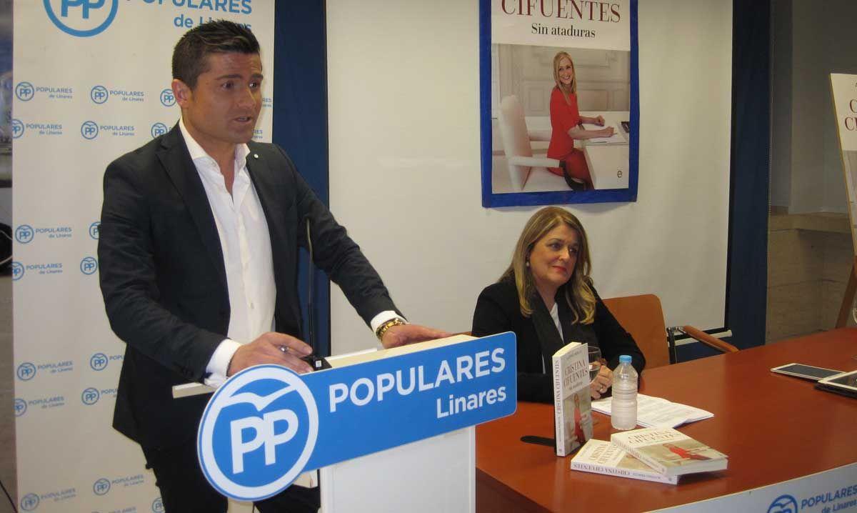 Alfonso Merlos llena de público la sede del PP de Linares para presentar con gran éxito su libro sobre Cristina Cifuentes