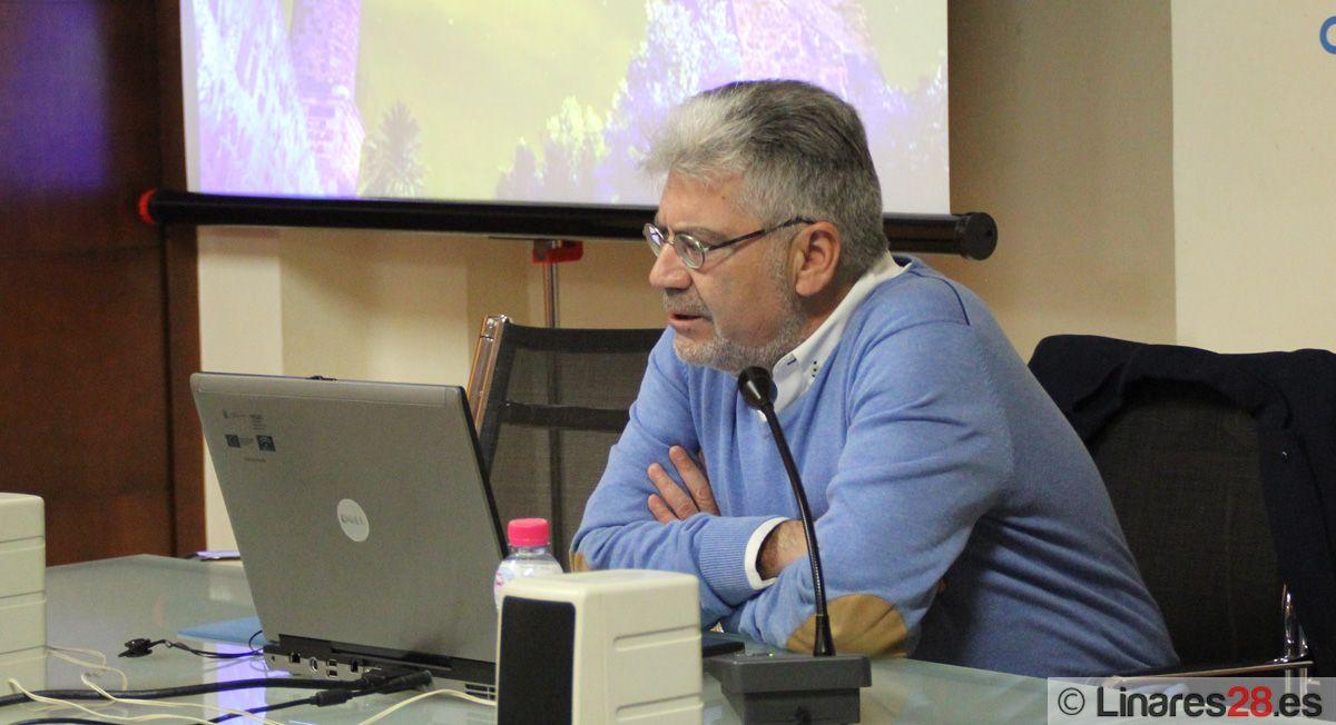 Paco Mañas exalta las chimeneas del paisaje minero de Linares