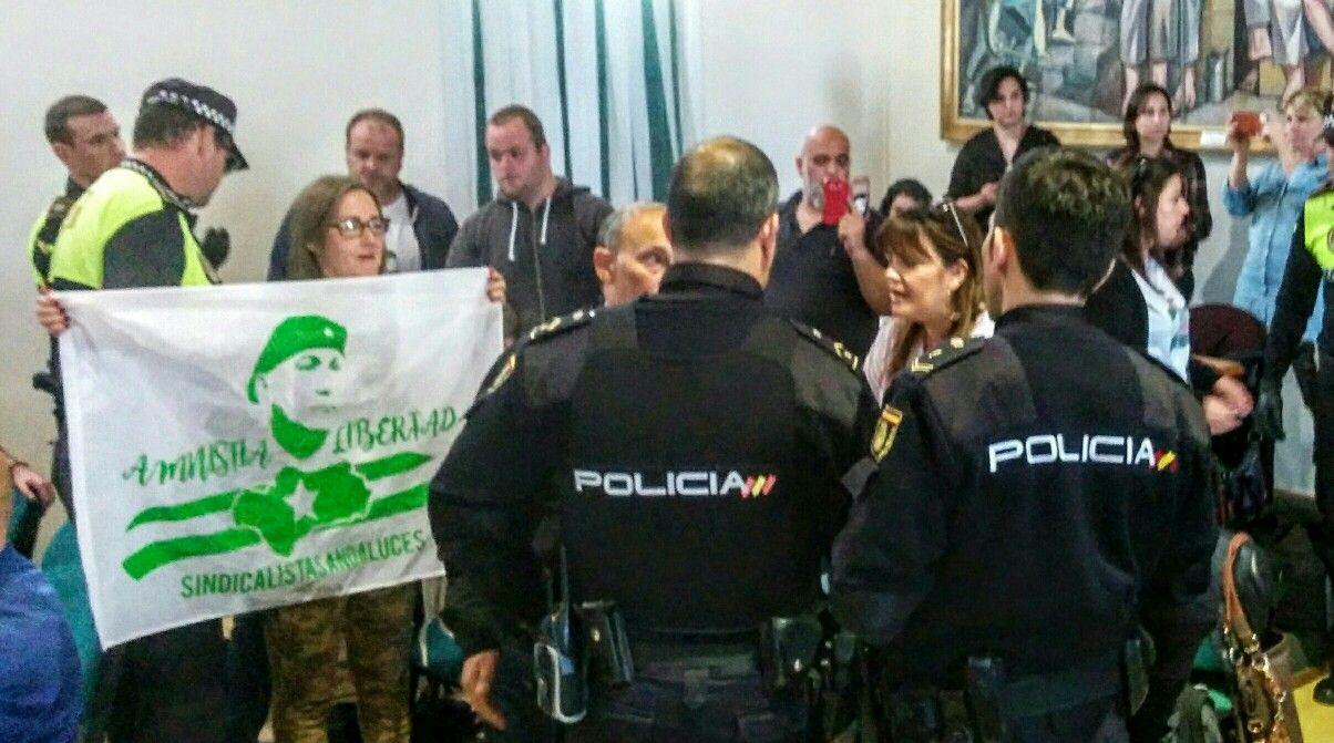 La policía desaloja a parte del público del Pleno