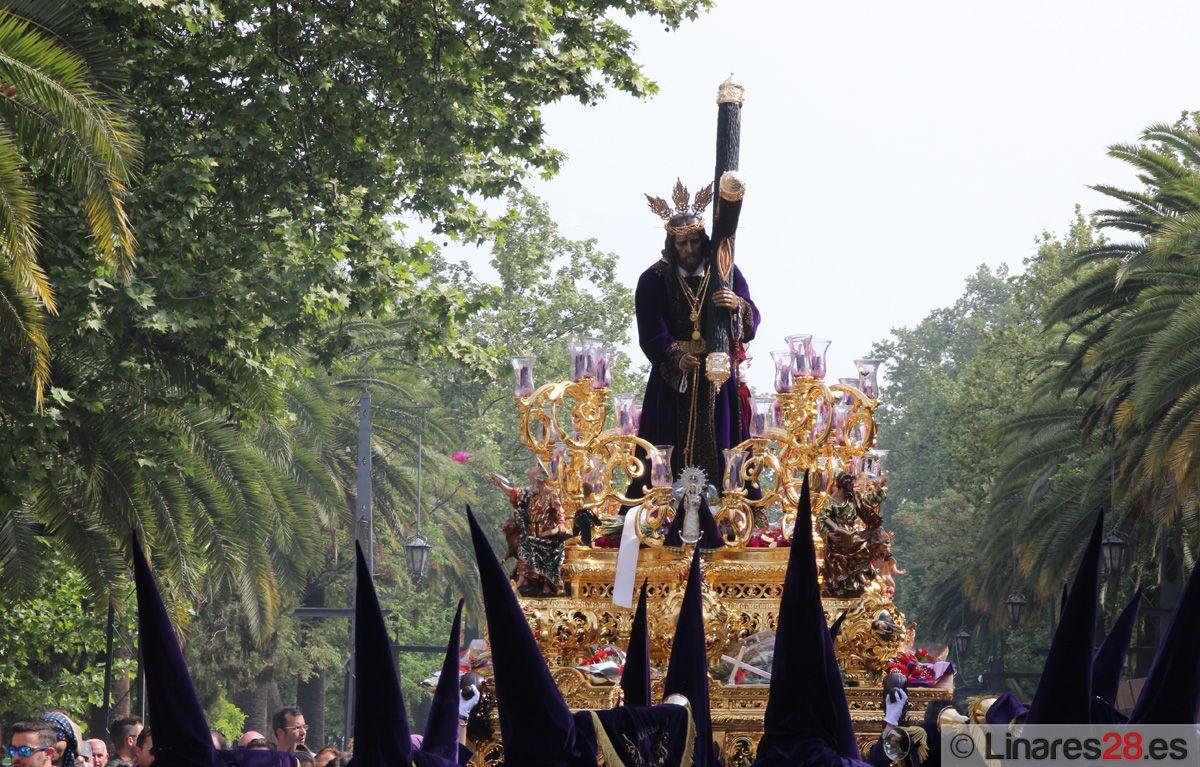 Jesús Nazareno bendice a Linares en una esplendorosa jornada de Viernes Santo
