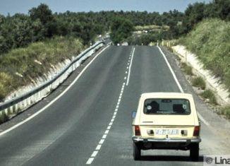 Vehículo clásico circulando por la carretera de Linares-Jabalquinto