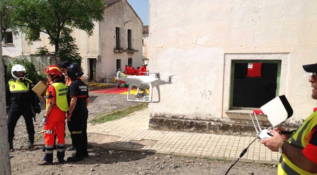 El 061 evalúa la utilidad de los drones en la atención sanitaria durante un ejercicio práctico en Linares