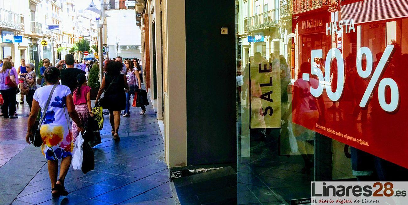 Consumo recomienda aprovechar las rebajas de verano para realizar las compras de la 'vuelta al cole'