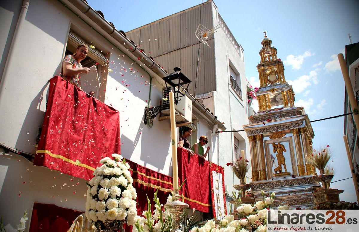 El calor protagonista de la procesión del Corpus Christi de Linares