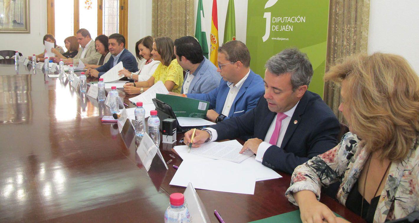 Linares firma un convenio para ayudar a personas con síntomas de dependencia leve a mantener su autonomía