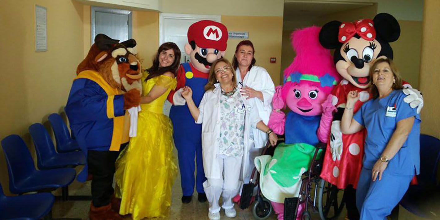 El Hospital de Linares celebra el Día Internacional de la Infancia con la actuación de voluntarios de un grupo de animación