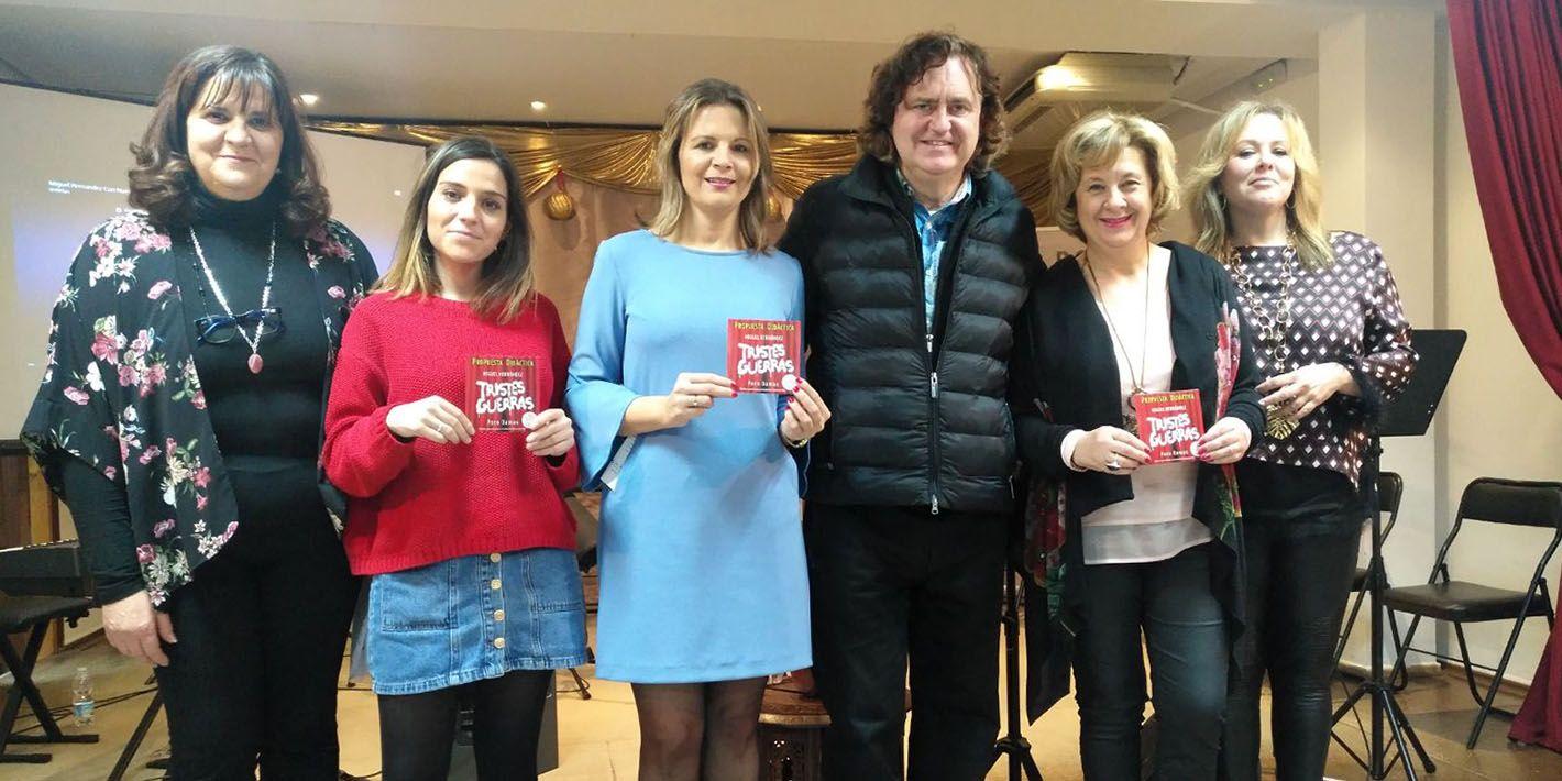 Un centenar de mayores de Linares conoce la obra literaria de Miguel Hernández a través del trabajo musical de Paco Damas
