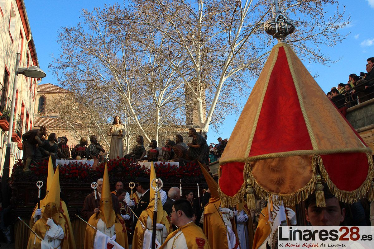 VÍDEO | La Santa Cena logra esquivar la lluvia y procesiona por las calles de Linares