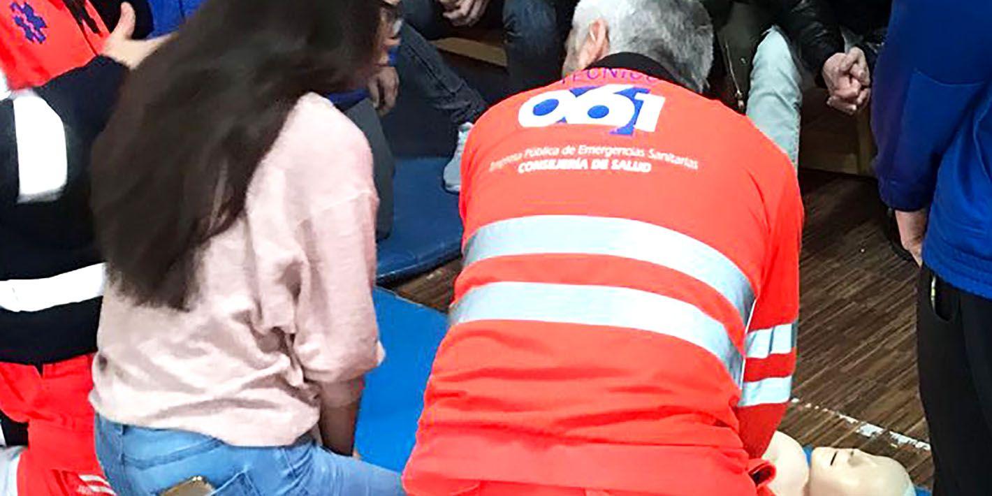 El 061 enseña cómo actuar ante una emergencia sanitaria a un centenar de alumnos del instituto 'Reyes de España' de Linares