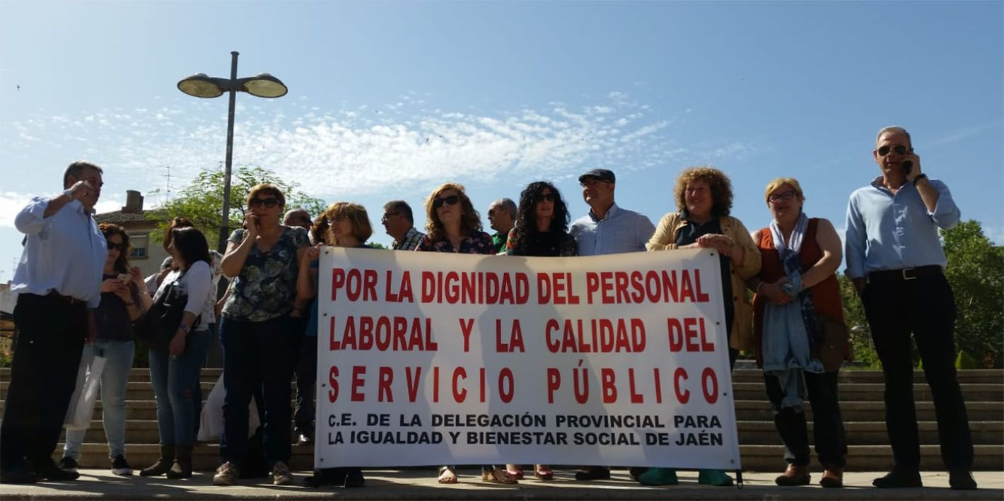 Nueva concentración en Linares exigiendo más personal a la Junta