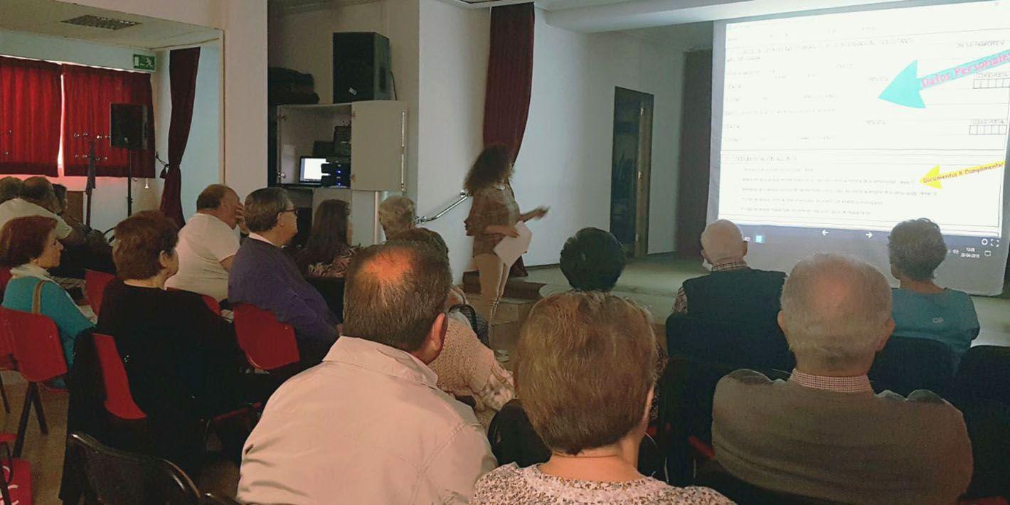 El centro de salud de 'San José' informa sobre el testamento vital a los usuarios del centro de día para personas mayores de Linares