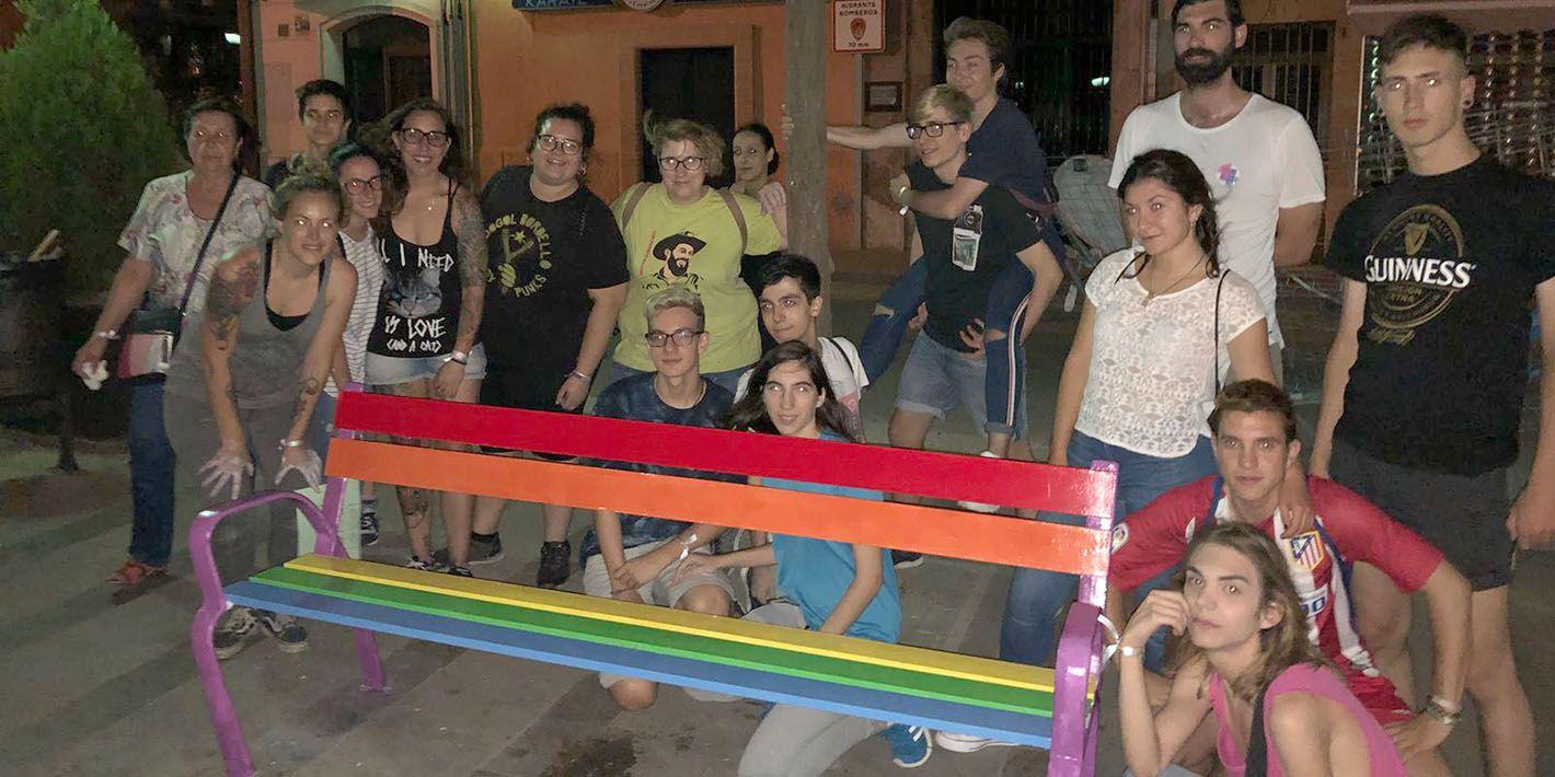 Linares visibiliza su diversidad con una pintada de bancos