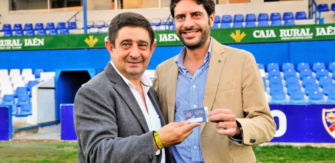 Francisco Reyes recoge su carné como socio del Linares Deportivo para la presente temporada