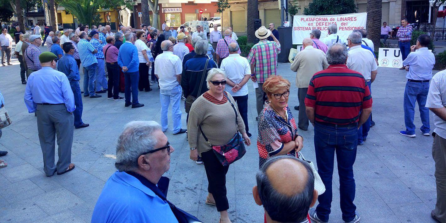 200 personas defienden las pensiones un nuevo lunes en Linares