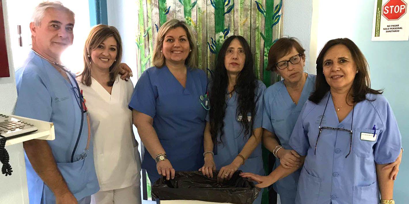 Los profesionales sanitarios del Hospital de Linares colaboran en la recogida de tapones solidarios