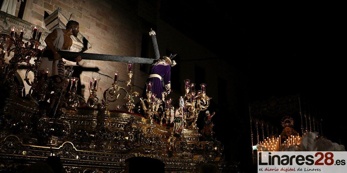 VÍDEO | El Nazareno sale y ya procesiona por las calles de Linares