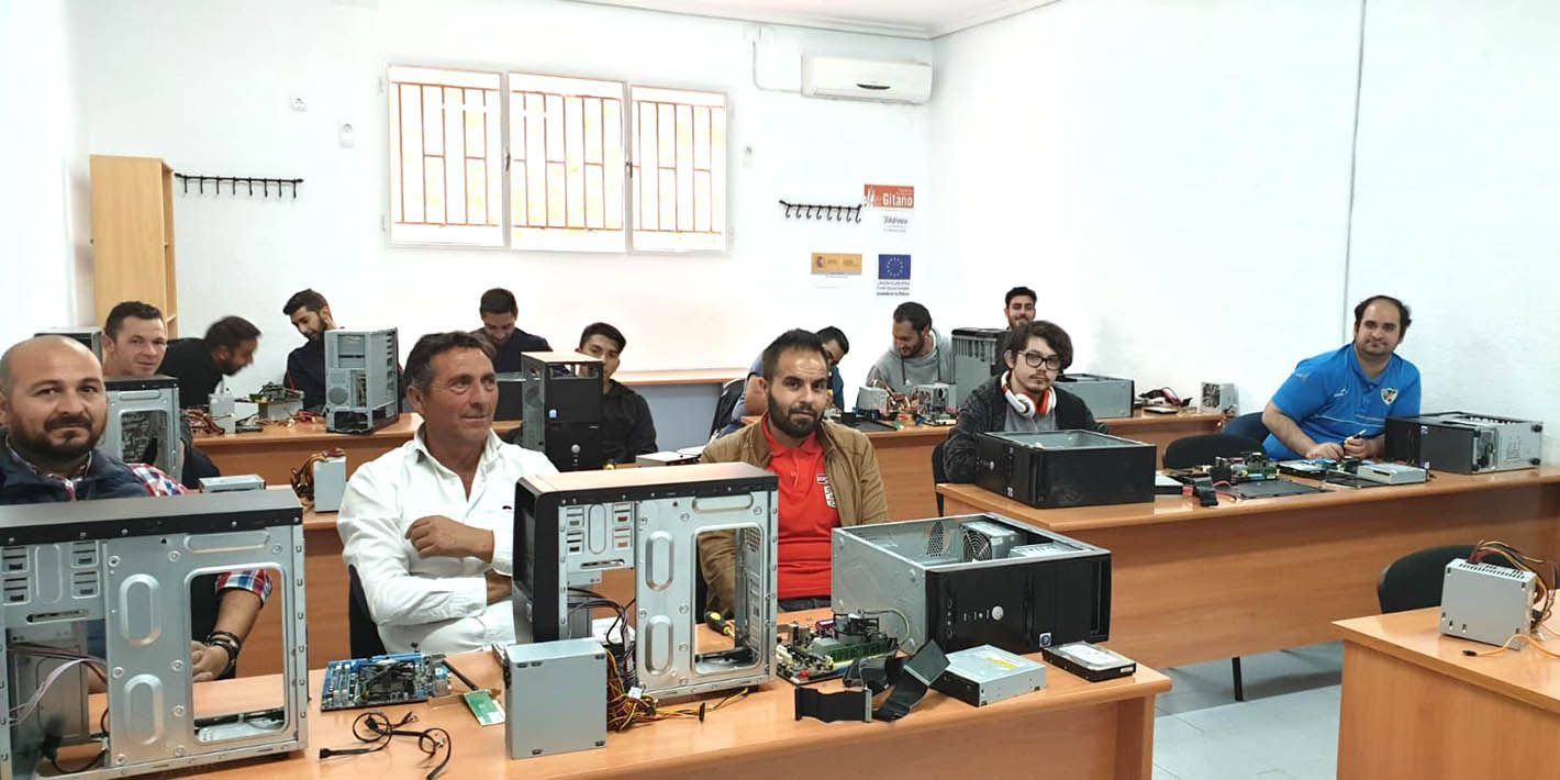Comienza un curso sobre sistemas informáticos de la Fundación Secretariado Gitano Linares