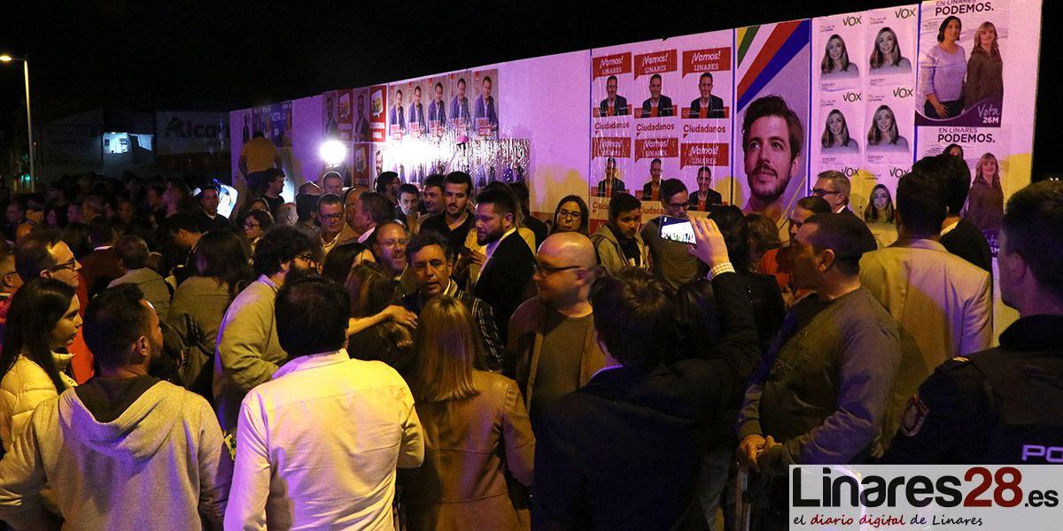 VÍDEO | La pegada de carteles da el pistoletazo de salida a la carrera por la alcaldía de Linares