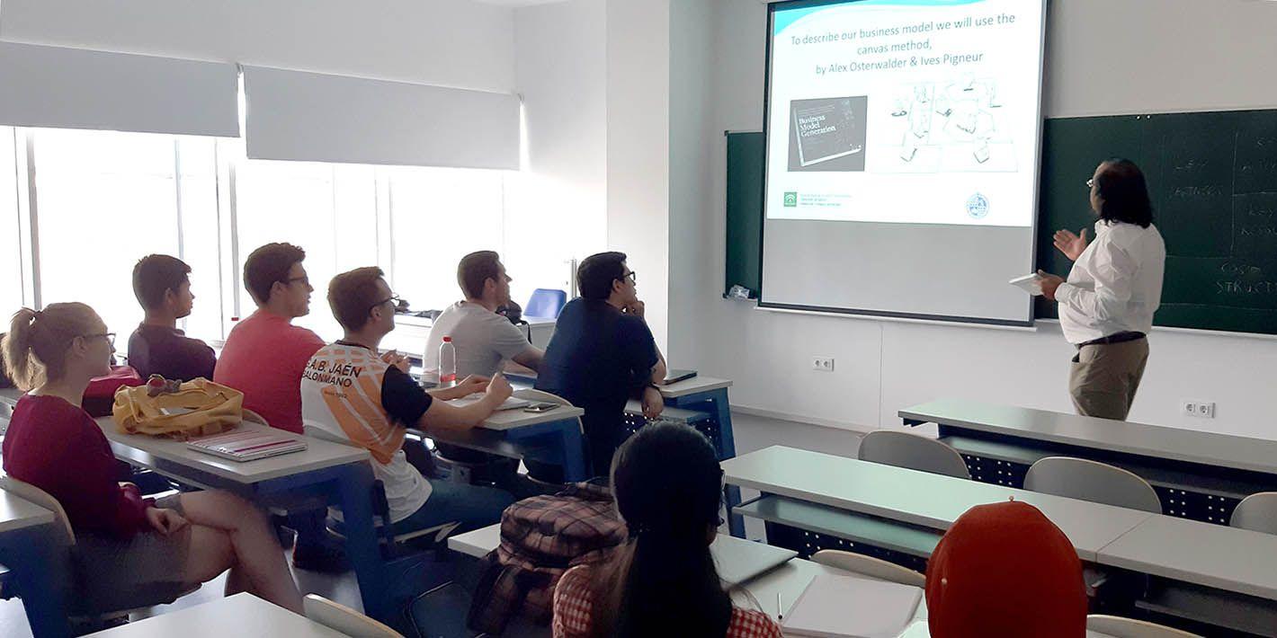 Estudiantes de la EPS de Linares participan en un ciclo de conferencias sobre emprendimiento