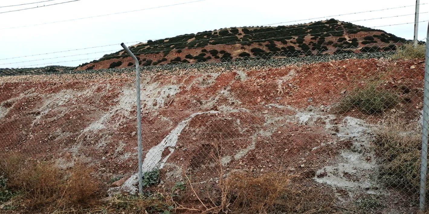 Denuncian el tapado de madrigueras con cemento en los taludes de las vías en Linares