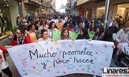 VÍDEO | Unas 200 personas se manifiestan en Linares por la continuidad del servicio de guarderías municipales