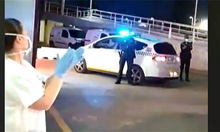 CRISIS CORONAVIRUS | El emotivo aplauso entre sanitarios y Policía Local en Linares