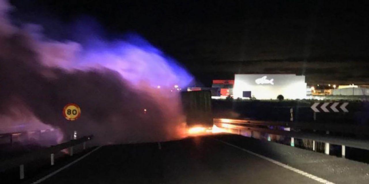 SUCESOS | Dos agentes de la Policía Nacional de Linares auxilian a un conductor de un camión accidentado en Loja