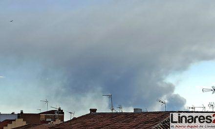 La columna de humo del incendio de Espeluy visible desde Linares