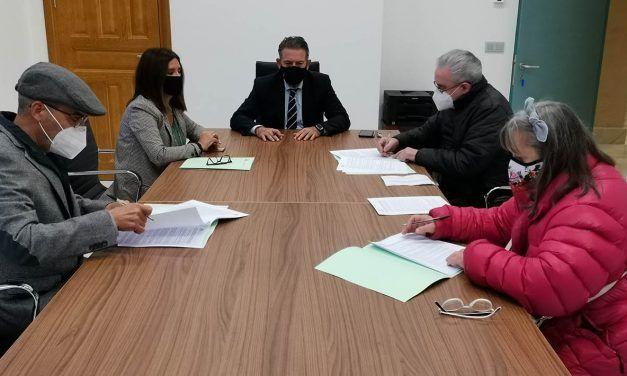 18 asociaciones de vecinos de Linares firman el acuerdo marco de subvenciones municipales